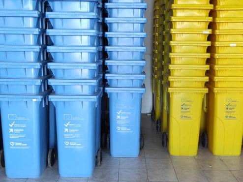 Fotografija plavih i žutih spremnika za otpad