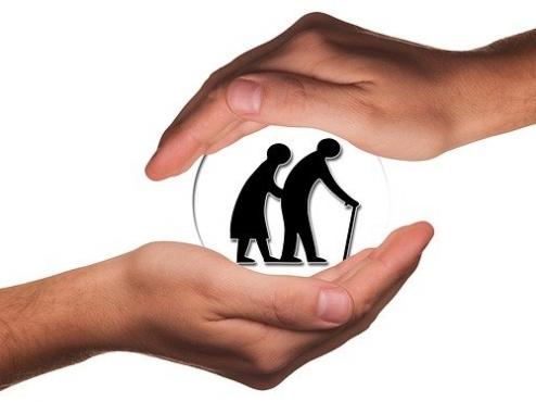 Ilsutrativna fotografija pomoć starijim osobama