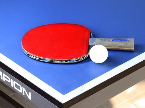 Ilustrativna fotografija stola i reketa za stolni tenis